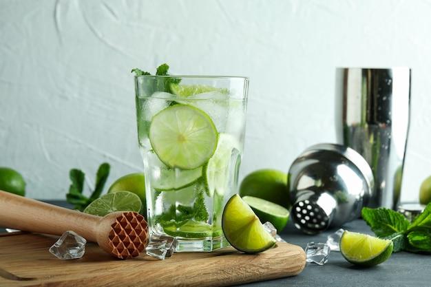 Conseil avec verre de cocktail mojito et ingrédients