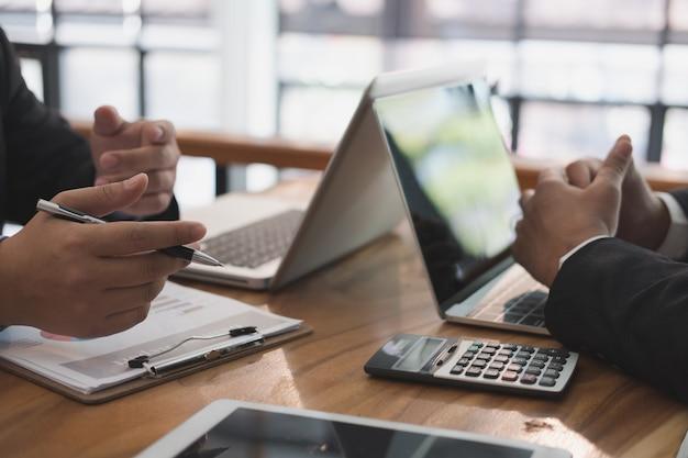 Conseiller commercial analysant le rapport financier de la société.