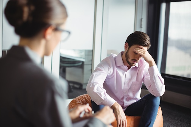 Conseiller-conseil homme malheureux