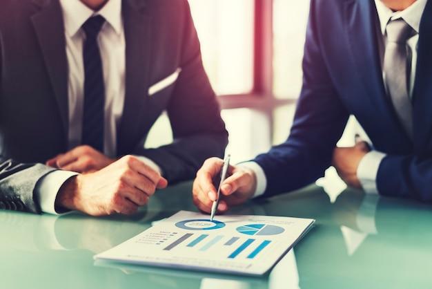 Conseiller financier avec un collègue