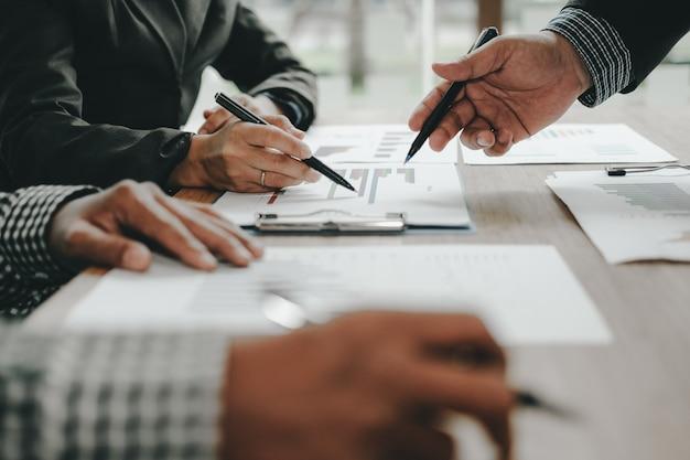 Conseiller financier en discussion avec un investisseur.
