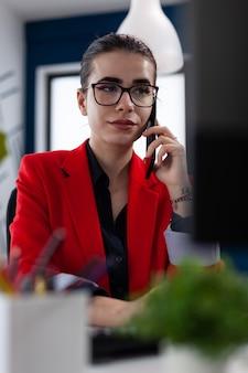 Conseiller financier discutant avec le client pendant la conversation téléphonique