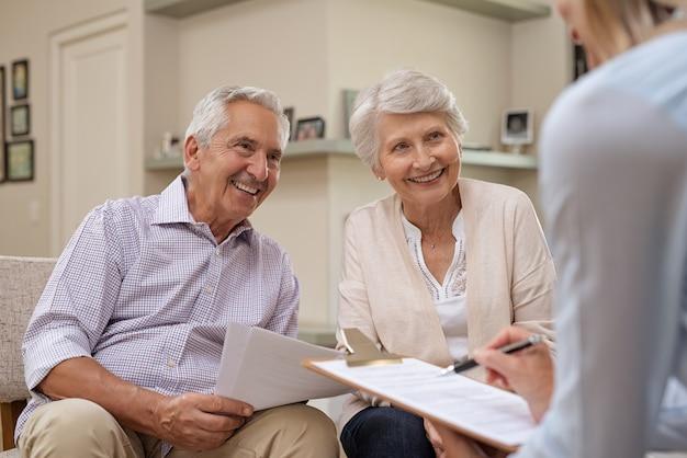 Conseiller financier de réunion de couple de personnes âgées
