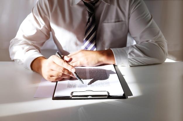 Le conseiller juridique présente au client un contrat signé