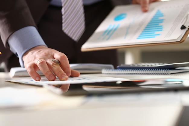 Le conseiller vérifie le revenu de la comptabilité des bénéfices économiques