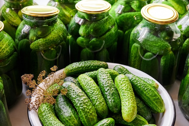 Conservation des concombres frais maison dans des bocaux en verre