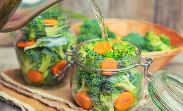 Conservation du brocoli aux carottes en pots