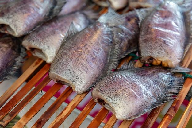Conservation du poisson du nil séché au bain de soleil
