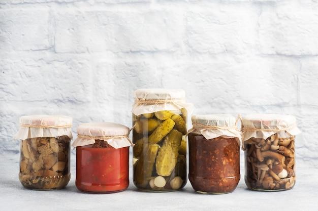 Conservation des légumes dans les banques. produits de fermentation. récolte de tomates et de baies, champignons pour l'hiver. copiez l'espace.
