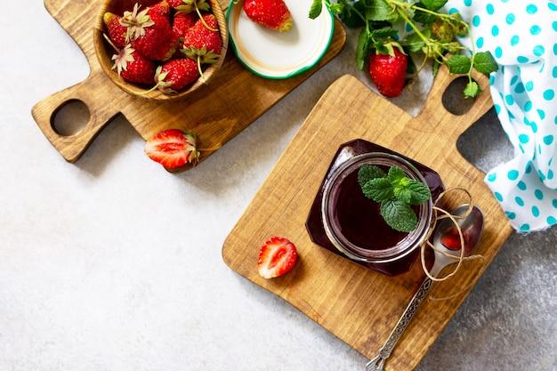 Conservation maison baies de fraises fraîches et sirop de fraises vue de dessus