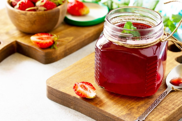 Conservation maison baies de fraises fraîches et sirop de fraises