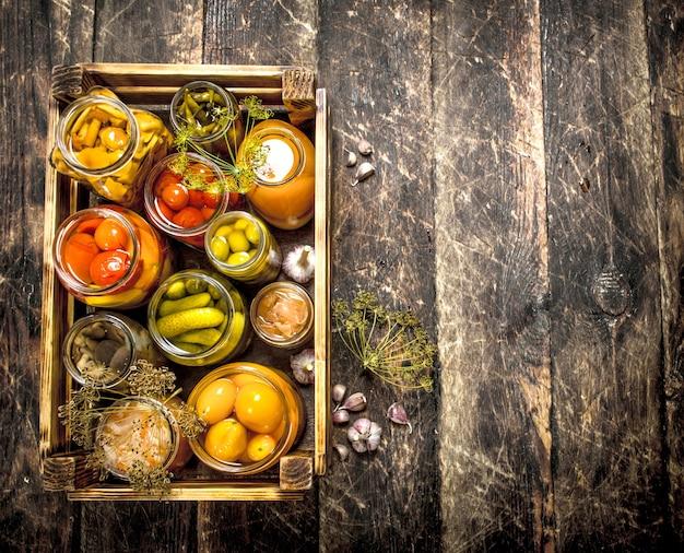 Conserve les champignons et les légumes dans une boîte