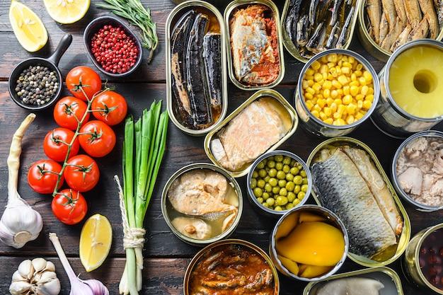 La conserve conserve les aliments dans des boîtes de conserve ouvertes.
