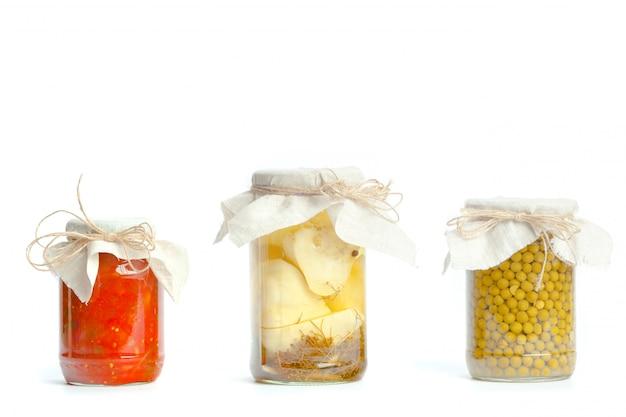 Conserves de légumes dans des bocaux de verre isolés sur fond blanc