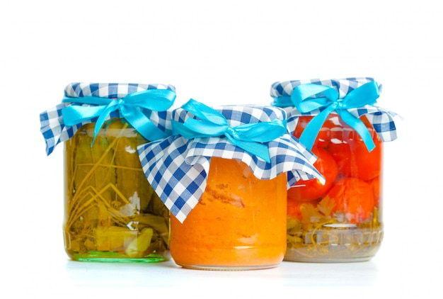 Conserves de légumes dans des bocaux de verre isolés on white