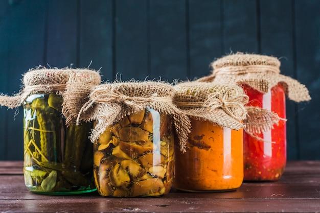 Conserves de légumes sur fond en bois