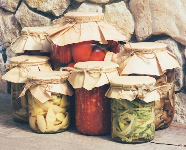 Conserves de légumes rustiques maison, gros plan, photos teintées