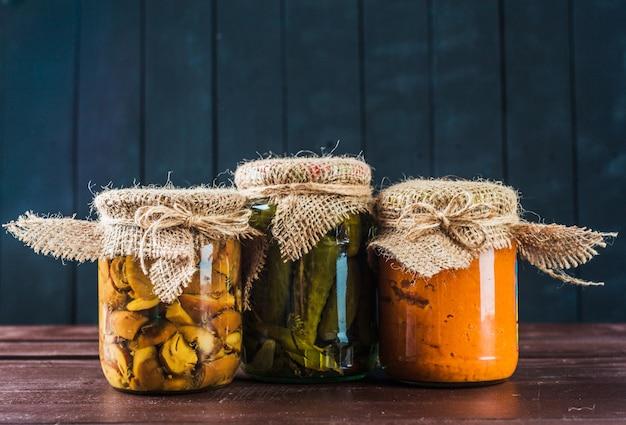 Conserves de légumes sur une surface en bois