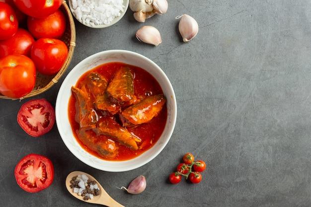 Conserves de poisson dans une soupe aux tomates