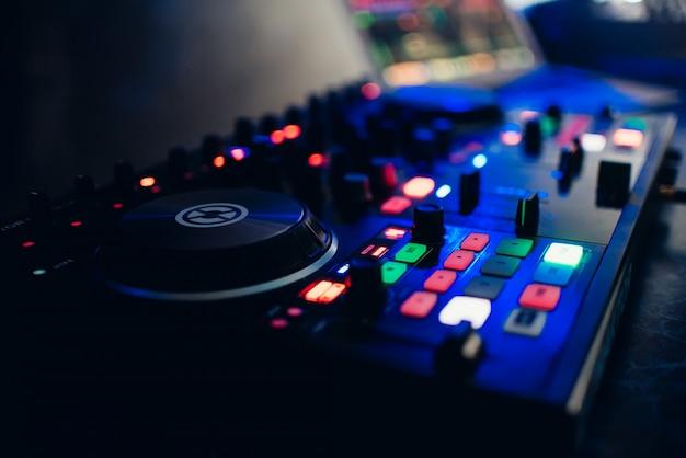 Console dj pour jouer de la musique en boîte de nuit
