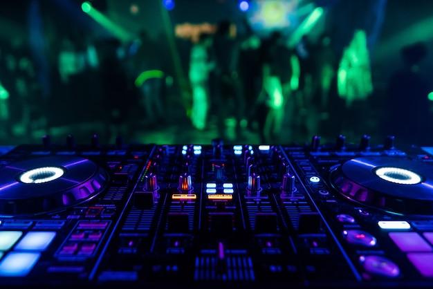 Console dj professionnelle pour mixer de la musique en boîte de nuit