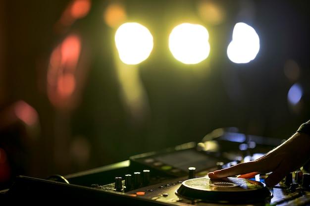 Console de mixage en gros plan pour la musique