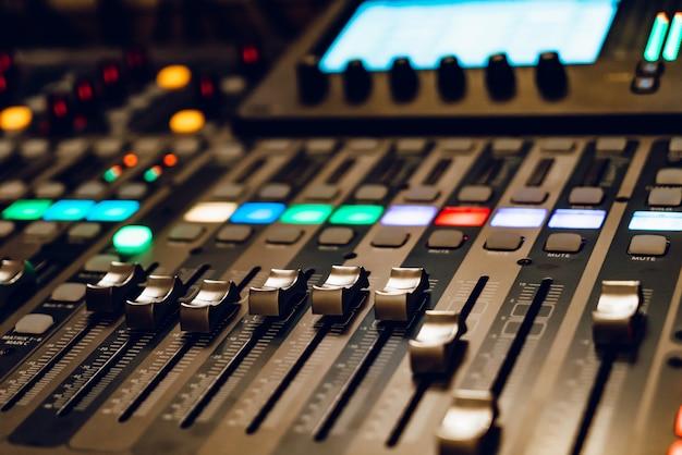 Console de mixage professionnelle de concert.
