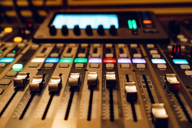 Console de mixage studio professionnelle
