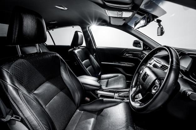 Console moderne propre, design d'intérieur noir.