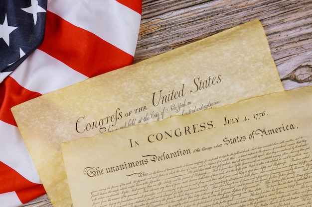 Constitution américaine sur du parchemin d'époque le document détaille la déclaration d'indépendance des états-unis avec le 4 juillet 1776