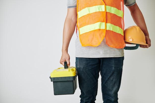 Constructeur avec boîte à outils et casque