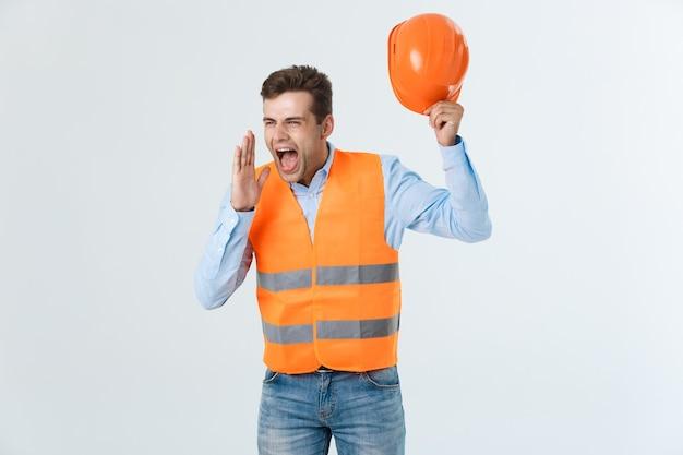 Constructeur en colère ou constructeur criant à quelqu'un comme concept de fureur isolé sur fond blanc avec copyspace.