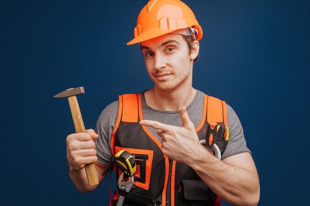 Constructeur dans un casque avec un marteau