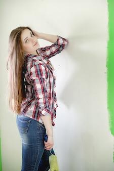 Le constructeur fait des réparations dans l'appartement. travaux de finition sur plâtrage et peinture des murs. les maîtres travaillent à la perceuse à peinture et à l'électricité.