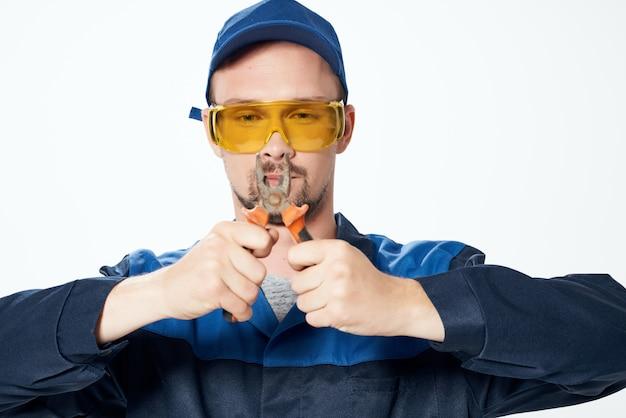Constructeur masculin dans des verres de construction jaune émotions fond clair