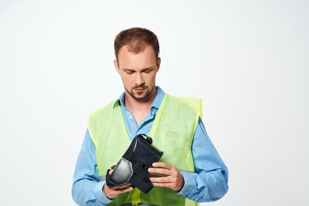 Constructeur masculin avec des dessins dans le fond isolé de geste de main de main