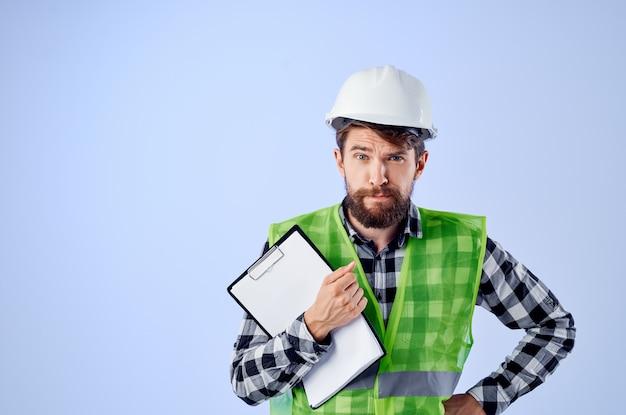 Constructeur masculin avec fond bleu de plans de documents et de dessins