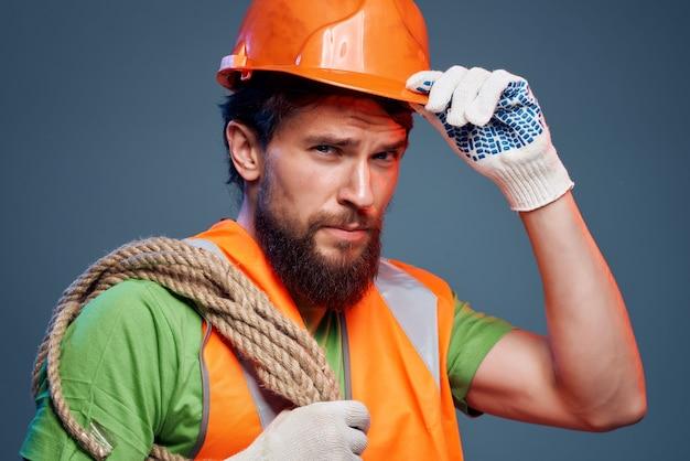 Constructeur masculin travaillant la profession d'ingénieur uniforme de protection en gros plan