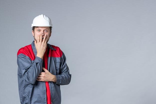 Constructeur masculin vue de face en uniforme sur fond clair