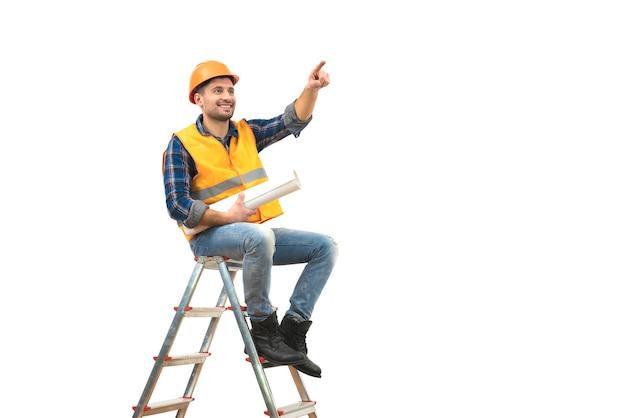 Le constructeur avec un papier sur l'échelle faisant des gestes sur le fond blanc