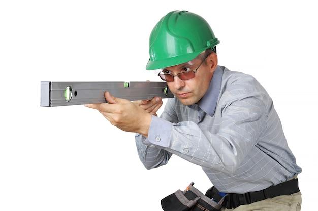 Le constructeur regarde attentivement dans la ligne du niveau de mesure
