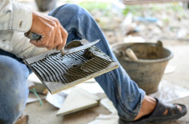Constructeur de tuiles par travailleur de la construction.
