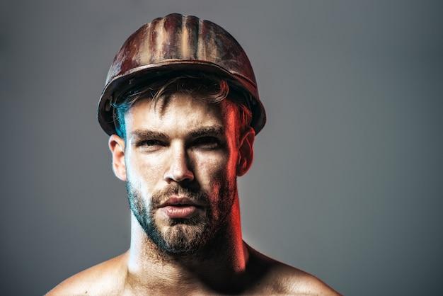 Constructeur en vêtements de protection et casque. constructeur masculin. architecte, ouvrier, ingénieur - travail. ouvrier industriel. portrait de bel ingénieur. copiez l'espace pour la publicité.