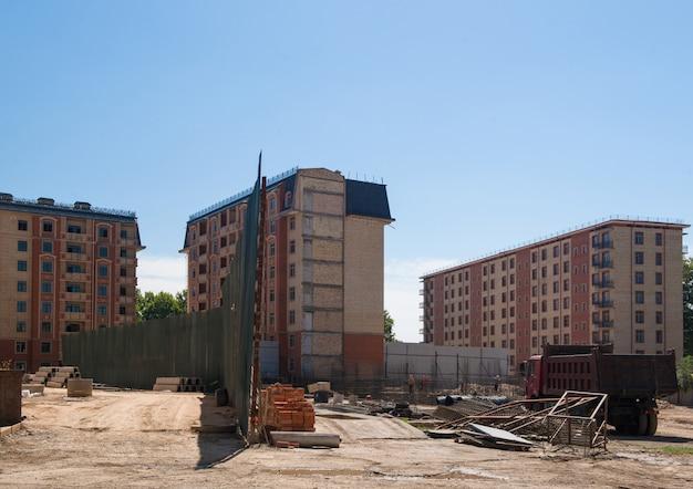 Constructeurs sur le chantier de construction. immeuble en construction