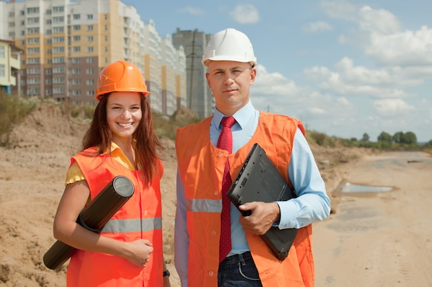 Constructeurs debout sur le chantier