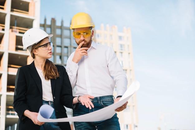 Les constructeurs discutent du projet