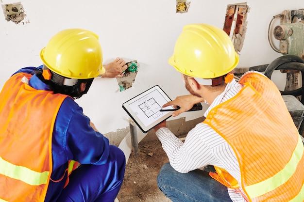 Constructeurs installant des tuyaux