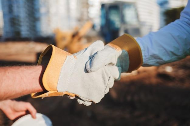 Constructeurs de poignée de main sur le site