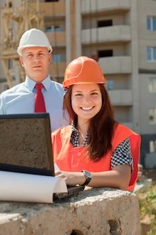 Les constructeurs travaillent sur le chantier de construction