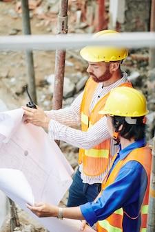Les constructeurs vérifient le plan de la maison